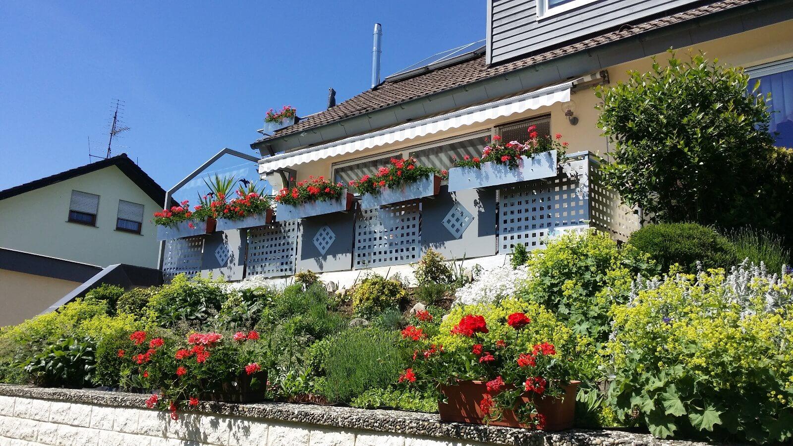 Haus mit Blumenschmuck in der Bühlstraße