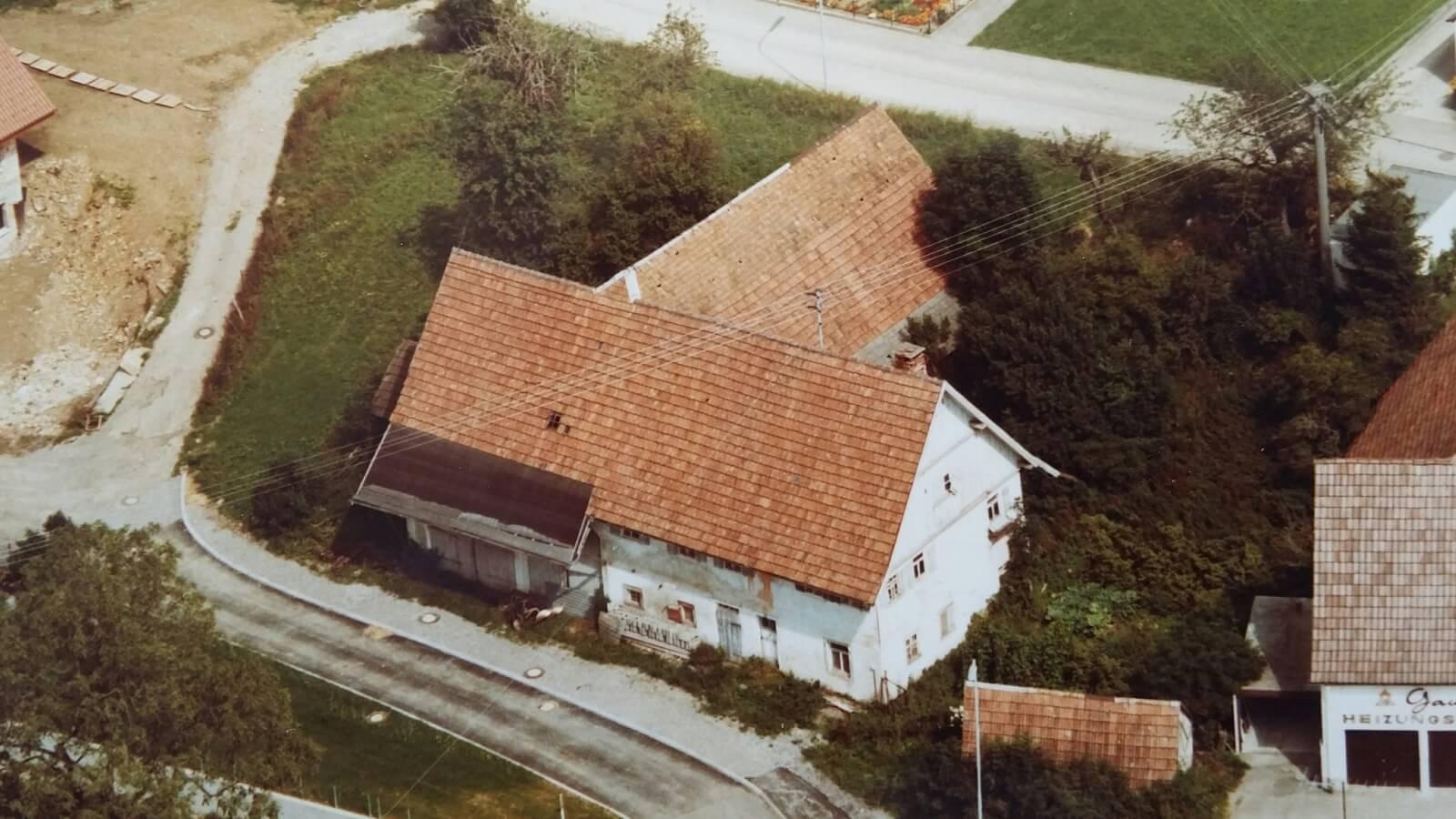 Luftbild des Abrisshauses von Familie Trik