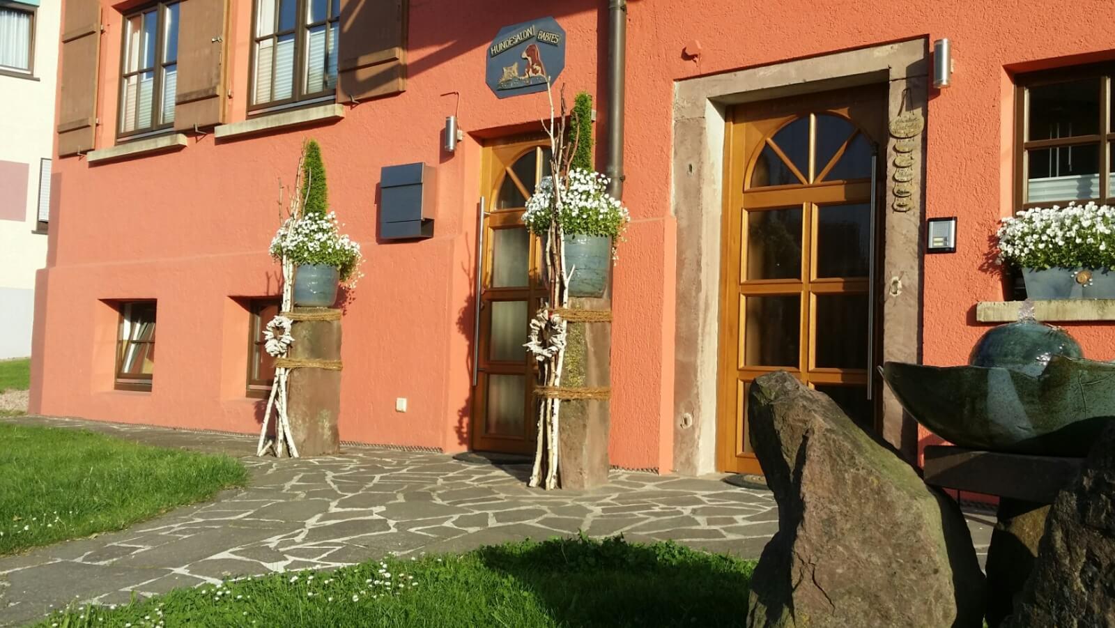 Bild von Haus mit Blumenkübeln
