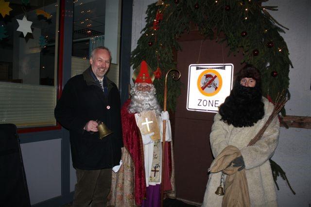 Bild von Bürgermeister Tjaden mit dem Nikolaus und Knecht Ruprecht