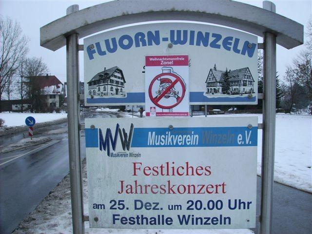 Bild von Einladung zum Jahreskonzert des Musikvereins mit Schild weihnachtsmannfreie Zone