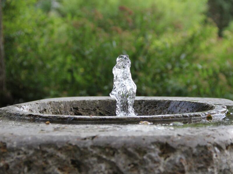 Brunnen vor Gemeindehaus Quelle