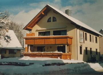 Bild eines Hauses in Winzeln Richtung Flugplatz im Winter
