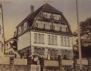 Bild des Fluorner Schulhauses etwa im Jahr 1925