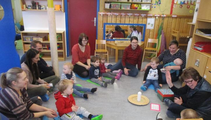 Bild von Müttern mit Kindern im Kreis
